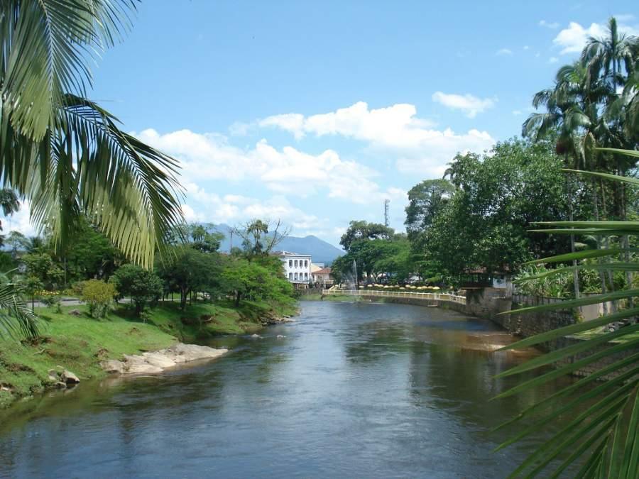 Ribera del río Nhundiaquara