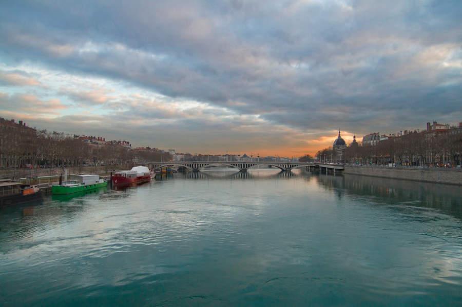 El río Ródano pasa por la ciudad de Lyon
