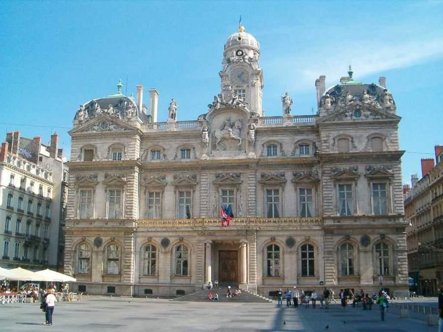 Admira el edificio del Ayuntamiento de Lyon