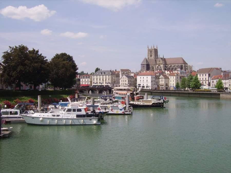 Meaux se localiza a orillas del río Marne