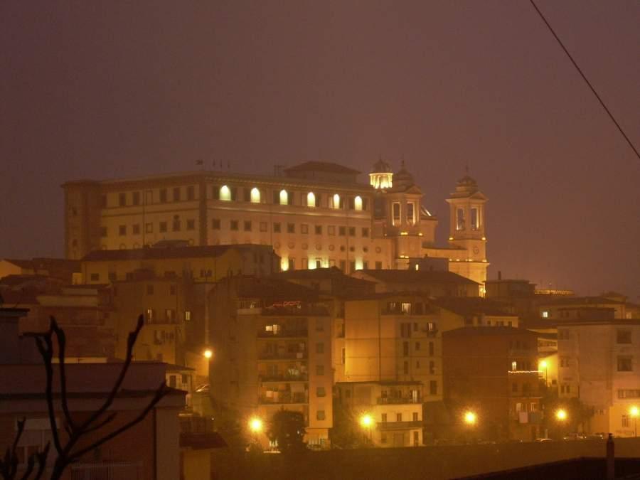 Centro histórico de Valmontone al anochecer