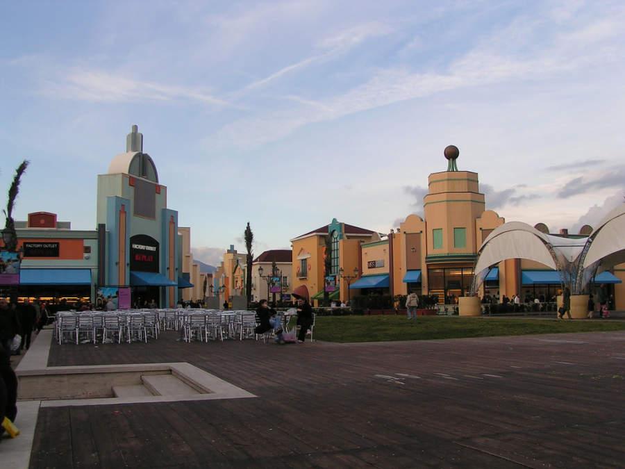 El centro comercial Valmontone Outlet es una de las principales atracciones en la ciudad