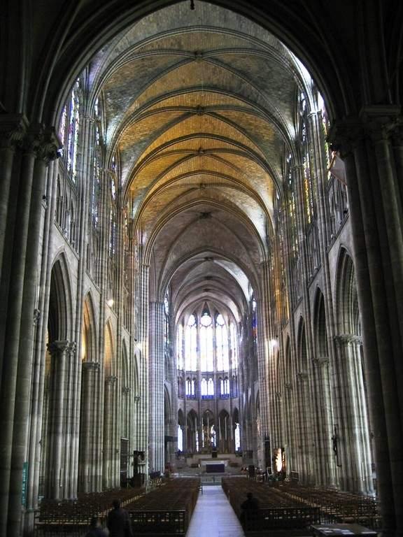 Vista interior de la nave de la Basílica Catedral de Saint-Denis