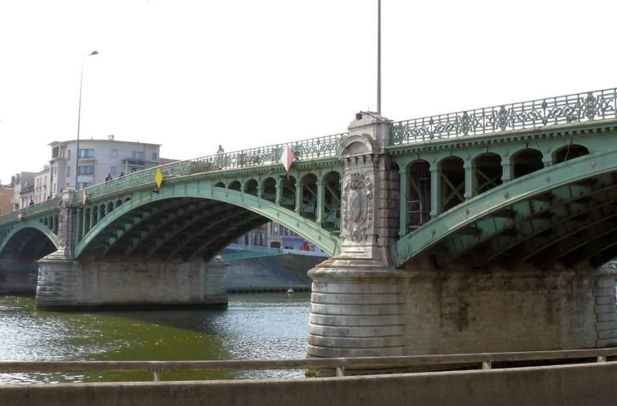 Puente que comunica con la comunidad de la isla de Saint-Denis