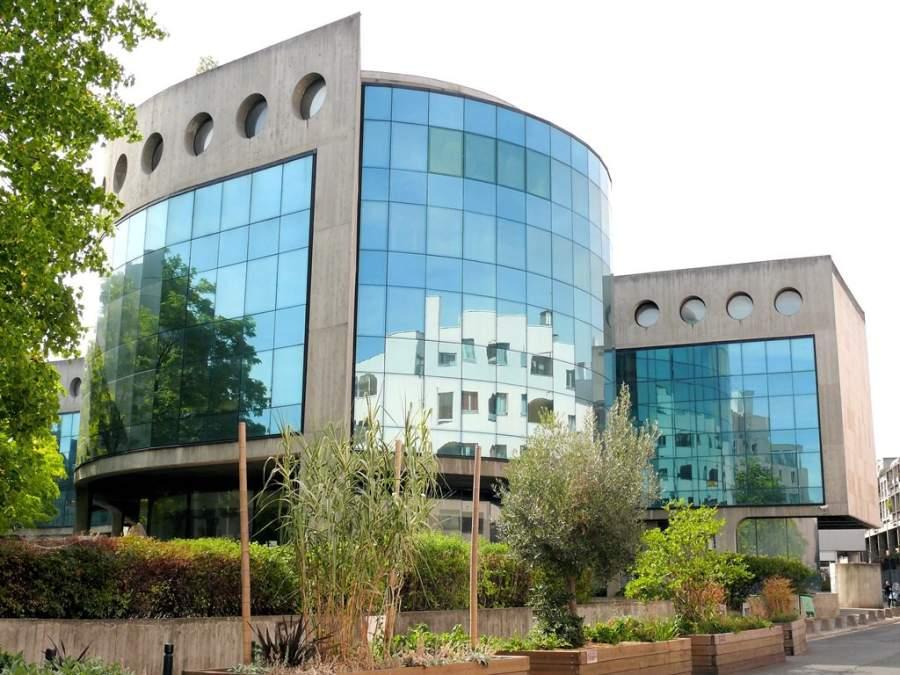 Moderno edificio diseñado por el arquitecto Oscar Niemeyer en Saint-Denis