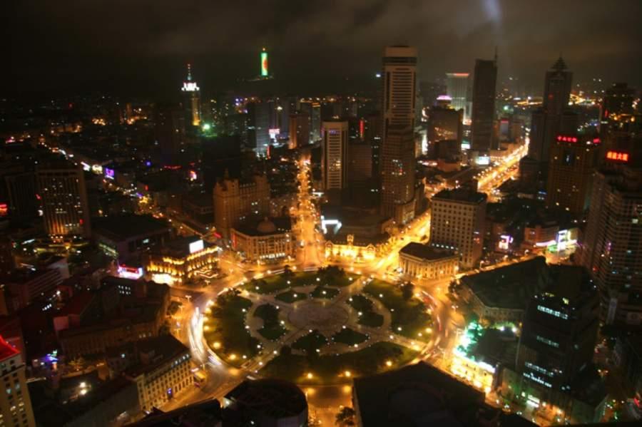 Vista nocturna de la Plaza Zhongshan en Dalian