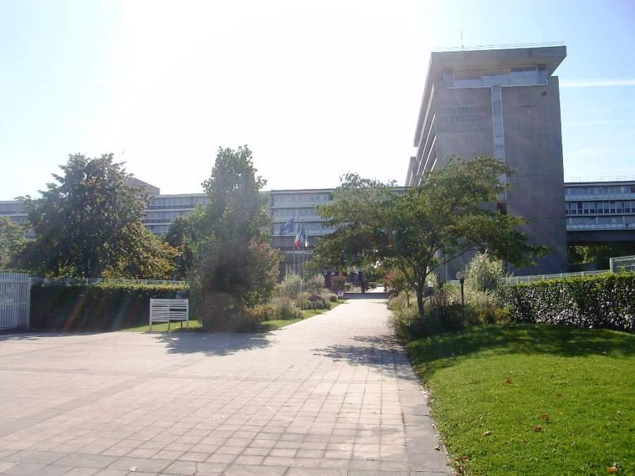 Una plaza en la ciudad de Évry