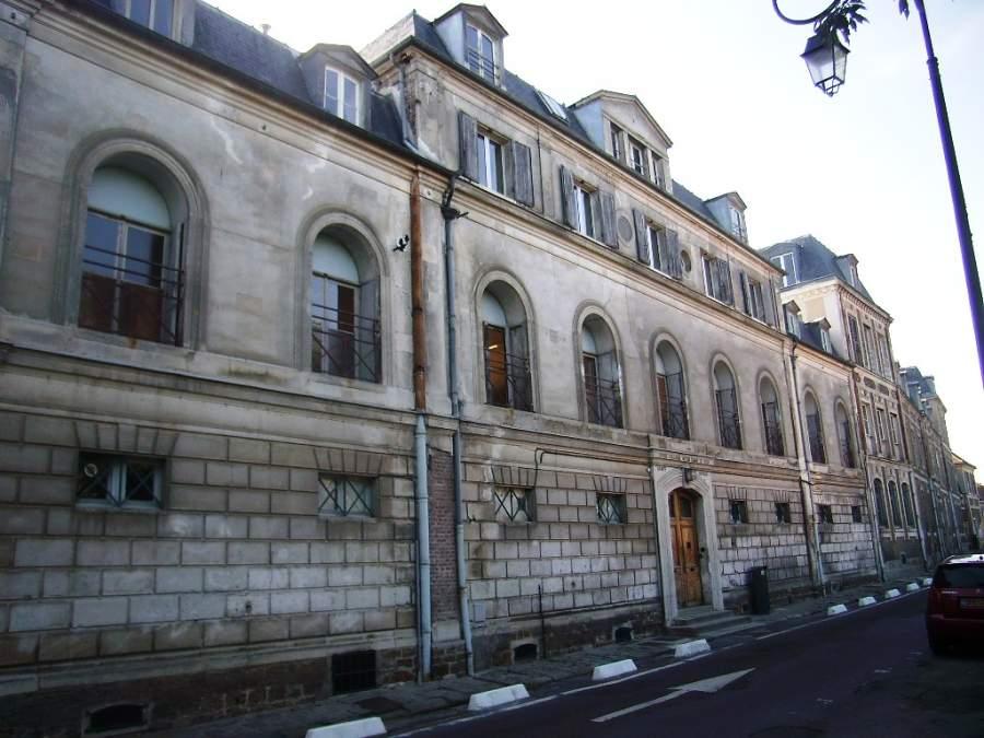 Un edificio antiguo en la ciudad de Évry