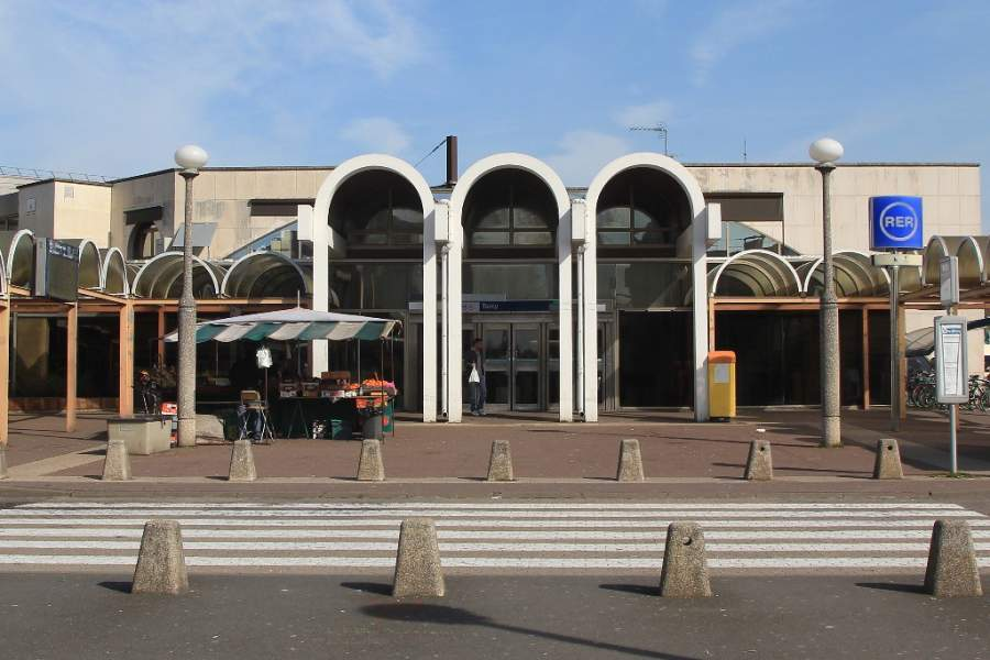 Vista exterior de la estación de tren RER en Torcy