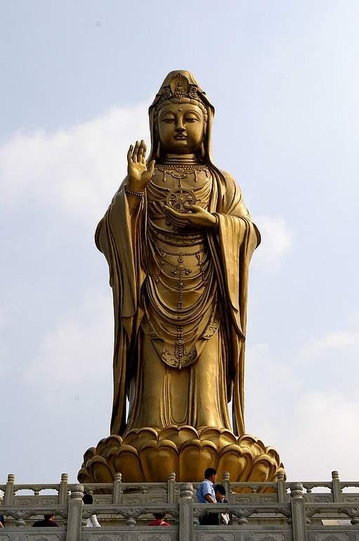 Toma la foto de la estatua de Guan Yin en el monte Putuo en Zhoushan