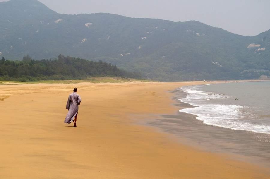 Camina por una playa del monte Putuo en Zhoushan