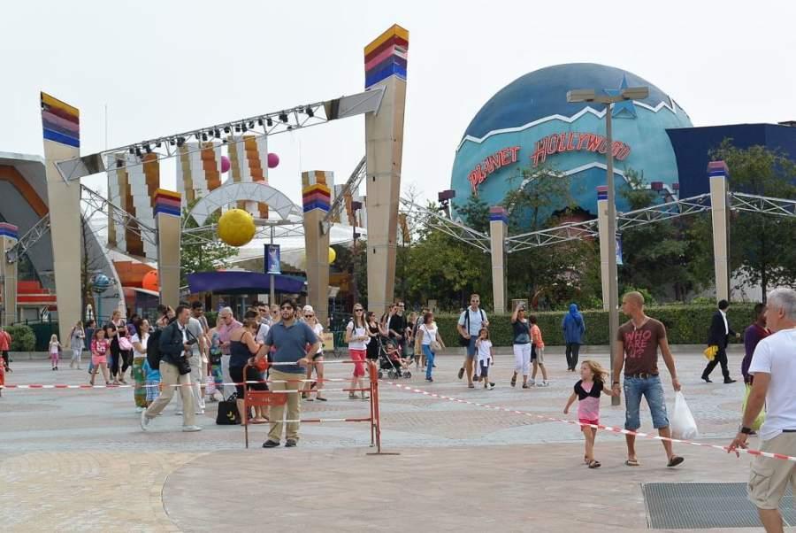 Camina por la zona comercial Disney Village en Marne-la-Vallée