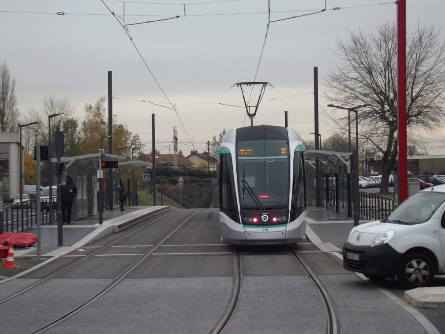 Tren en la estación La Fraternelle en Rungis