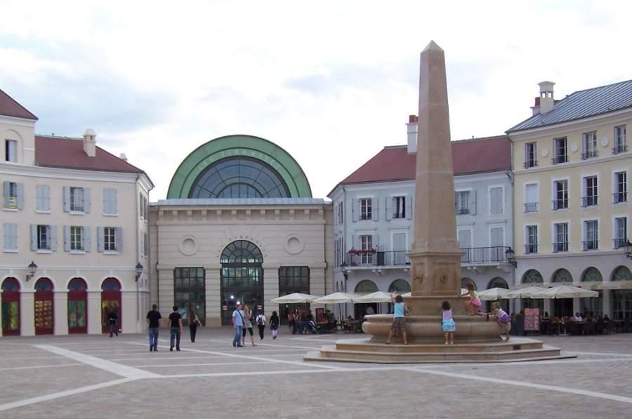 Plaza de Toscane en el centro comercial Val d'Europe en Serris