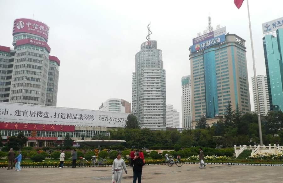 Vista de una plaza en Kunming