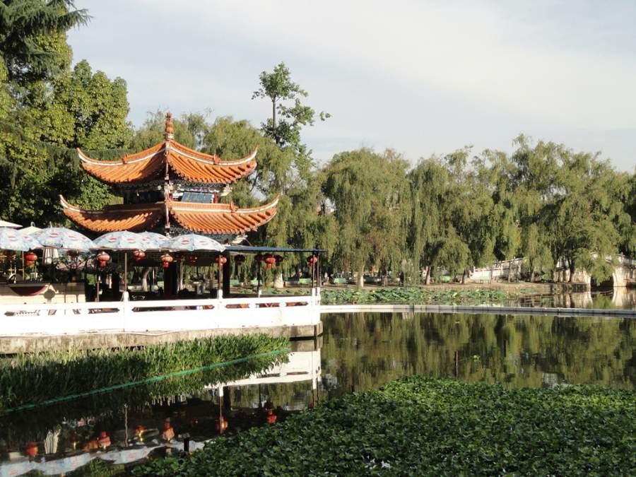 En el Parque del Lago Verde de Kunming hay templos y pagodas