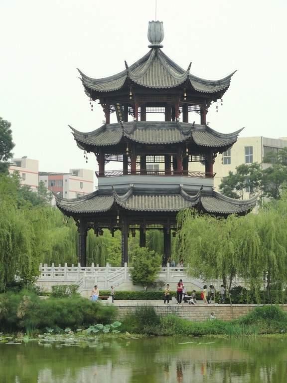 Pagoda en el Parque Lianhuachi en Kunming