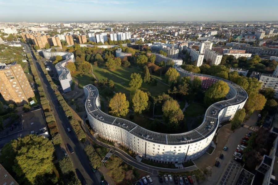 Los edificios del Parque Les Courtillières tienen una apariencia serpenteante en torno a un parque