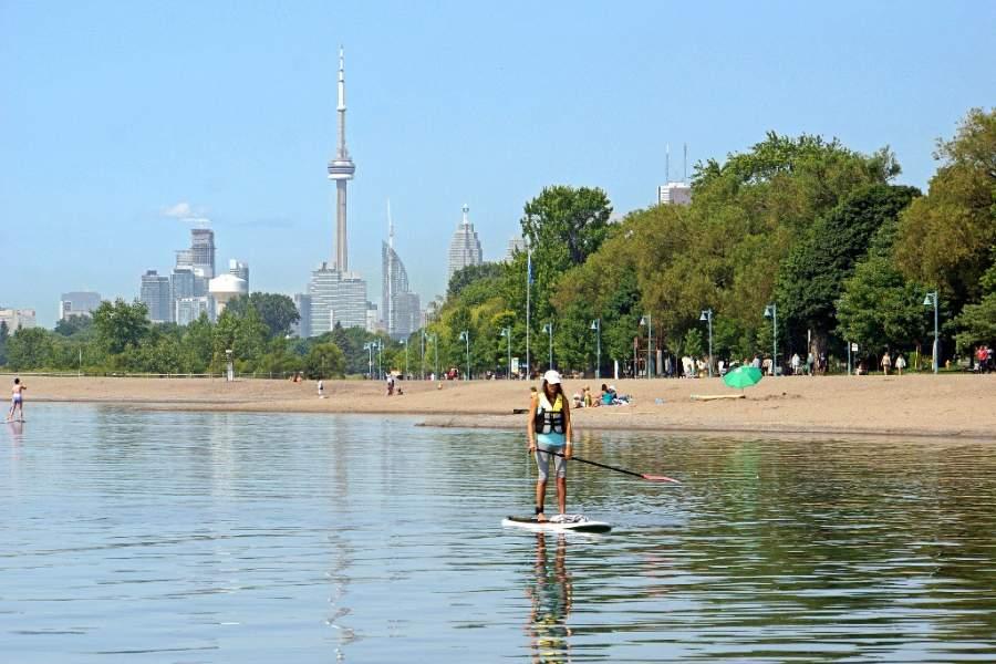 En el lago de Toronto puedes disfrutar de la playa y los deportes acuáticos