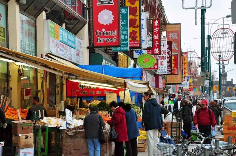 Comercios en uno de los barrios chinos de Toronto