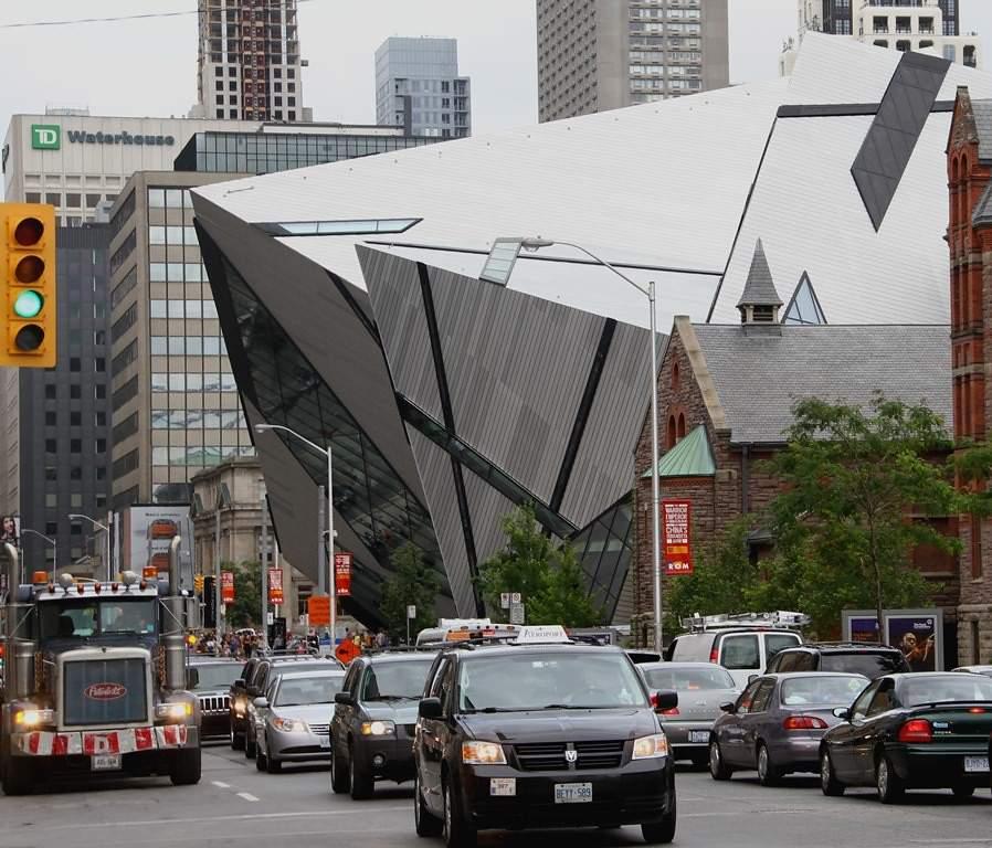Calle de Toronto en la que se destaca parte del Museo Real de Ontario