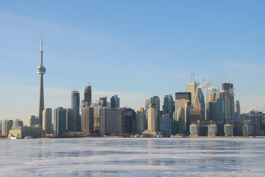 Vista de la ciudad de Toronto y la Torre CN desde el lago