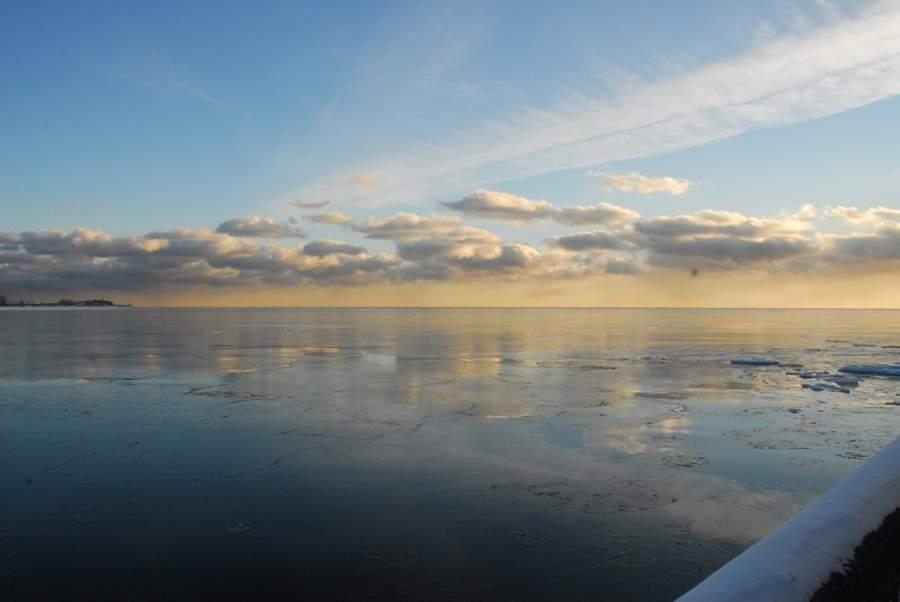 Paisaje al atardecer en el lago Ontario en Toronto