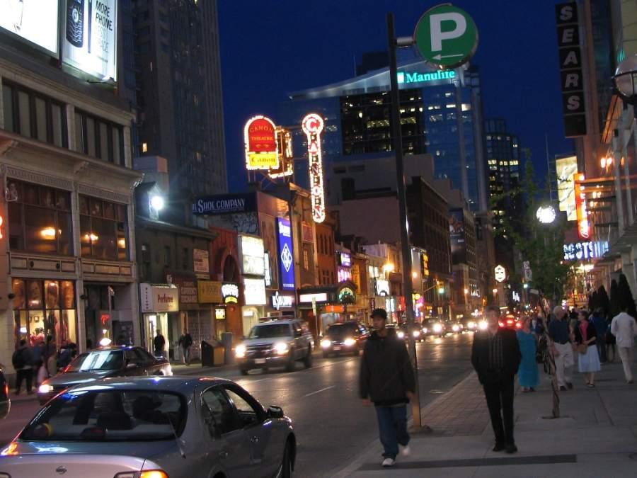 Vista nocturna de una calle en Toronto