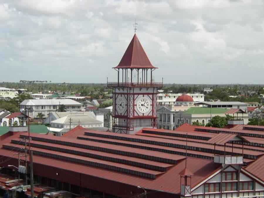 En el mercado Stabroek se encuentra una torre del reloj de hierro fundido