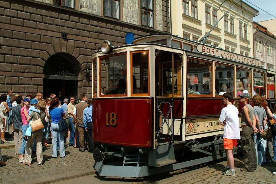Sube a un tranvía en la ciudad de Pilsen
