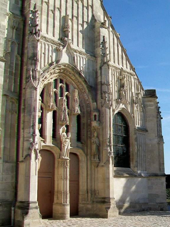Observa el detallado exterior de la Iglesia de San Martín