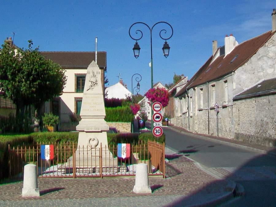 Recorre las calles de Le Mesnil-Amelot, cerca de París