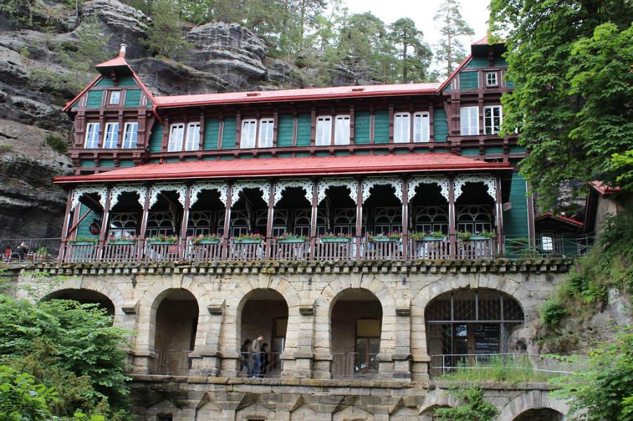 Hotel Sokolí hnízdo a un lado del puente Pravcická brána