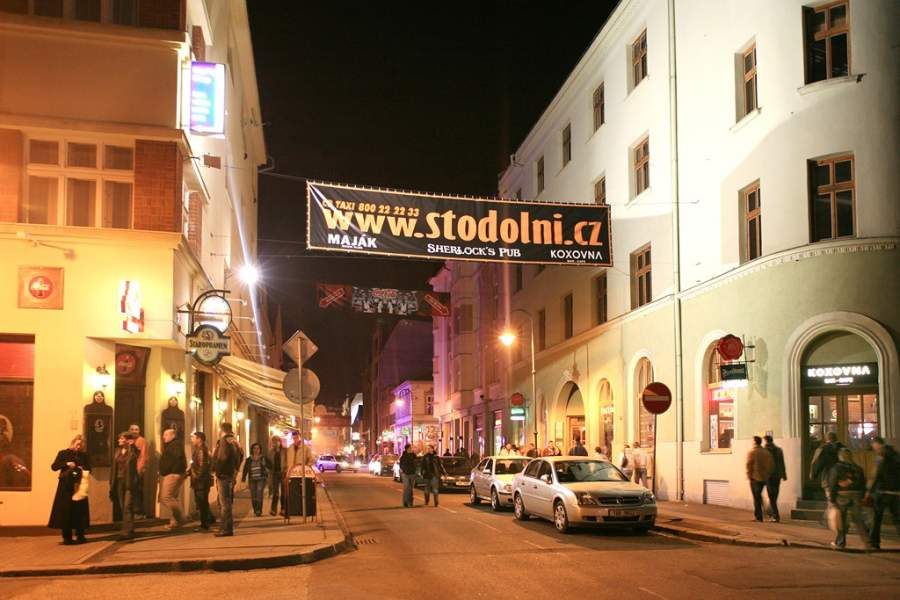 Calle Stodolní bordeada de bares y centros nocturnos