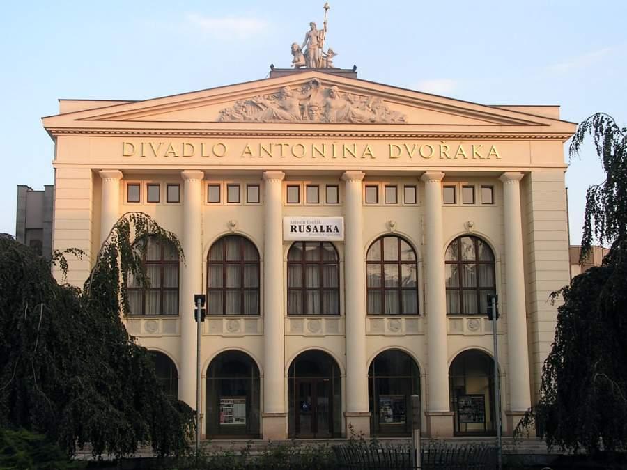 Teatro Dvorák Antonín ubicado en la Plaza de Smetana