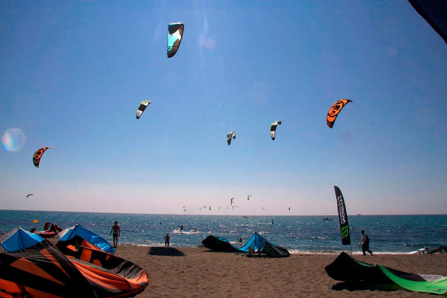 En las playas de Melilla se pueden practicar diversos deportes acuáticos