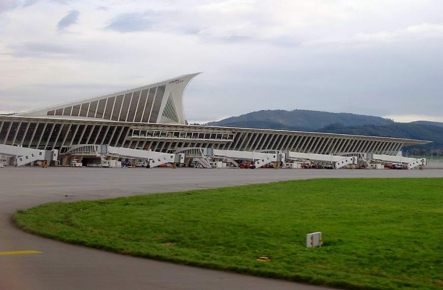 Aeropuerto de Bilbao, ubicado a solo 3 kilómetros de Derio