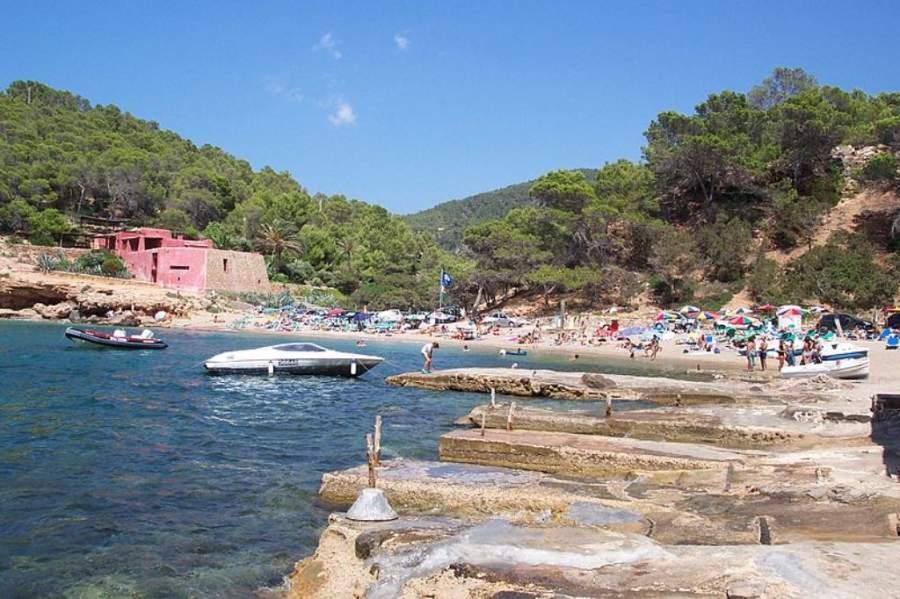 Sant Antoni cuenta con hermosas playas y calas