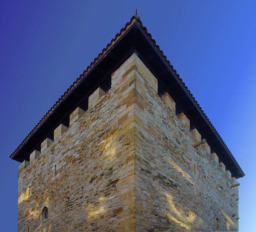 Vista nocturna de la Torre de Salazar
