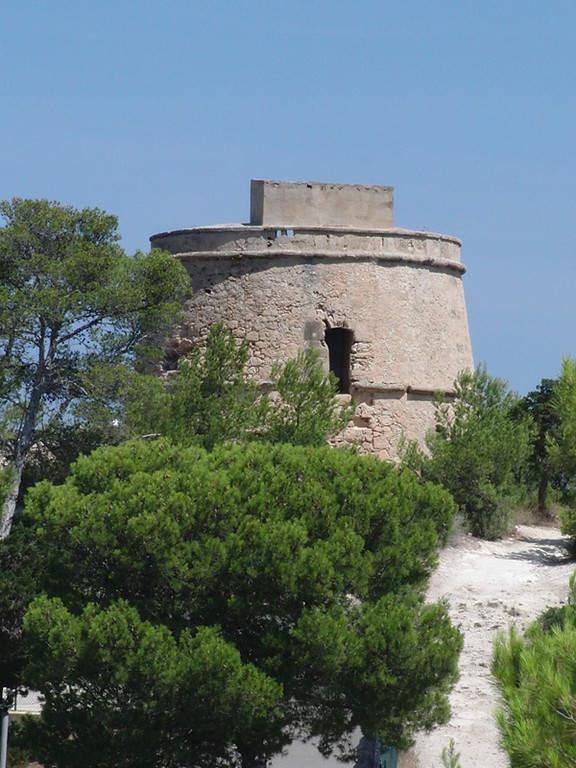 Torre de Portinatx con funciones defensivas cerca de San Juan Bautista