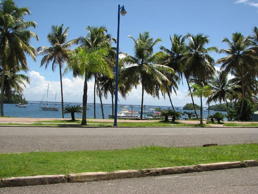 Calle frente al mar en Samaná