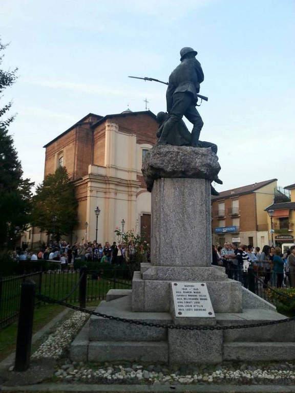Estatuas conmemorativas en una plaza de Binasco
