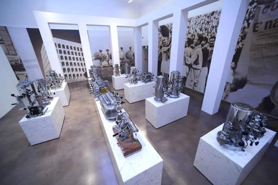 Exposición de máquinas de café en el Mumac