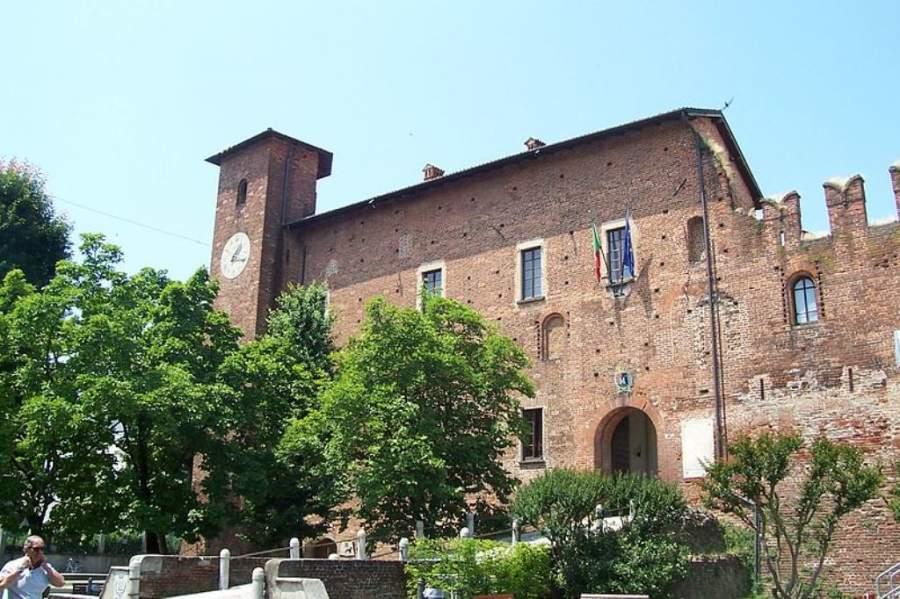 El Castillo de Visconti fue construido en 1300 para proteger a la ciudad de Milán