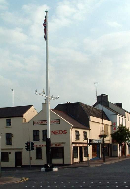 En el centro de Holywood se distingue el poste de madera de 1700 llamado Maypole
