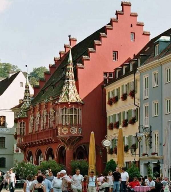 Recorre la Plaza de la Catedral en Friburgo