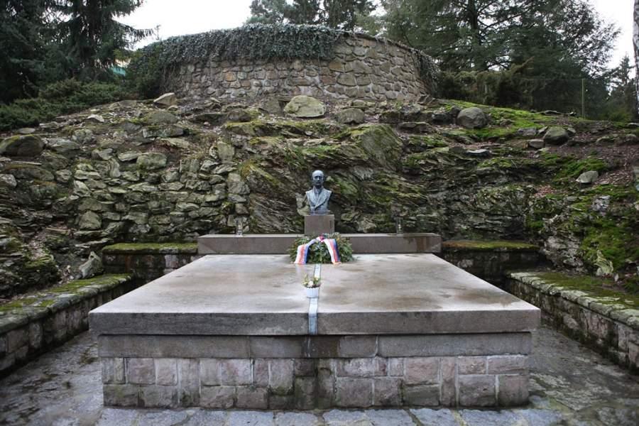 Escultura en la Villa Edvard Beneš
