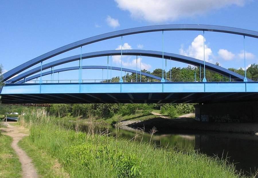 Puente de acero sobre canal Teltow que conecta a Kleinmachnow con la comunidad de Stahnsdorf