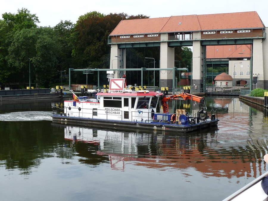 Embarcación transitando por el canal Teltow en Kleinmachnow