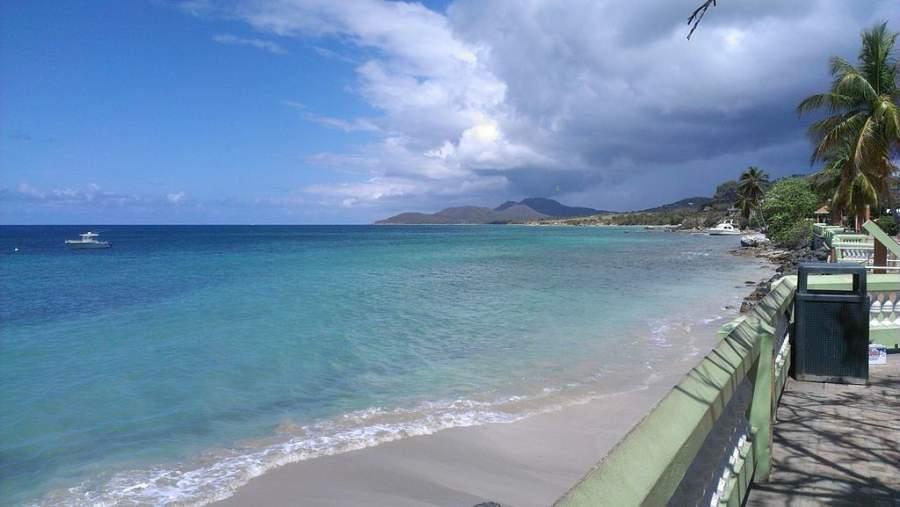 La isla de Vieques está rodeada por el mar Caribe